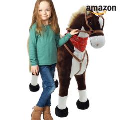 Mädchen mit Kuschelpferd