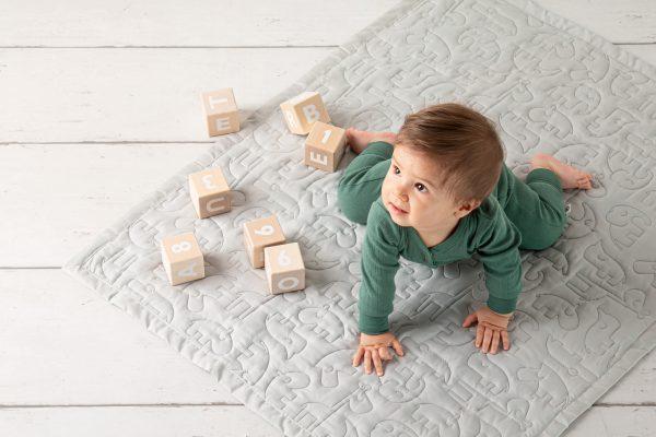 Baby auf Krabbeldecke limango