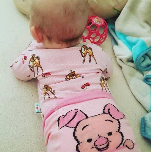 Baby trägt Ferkelsrumpfhose