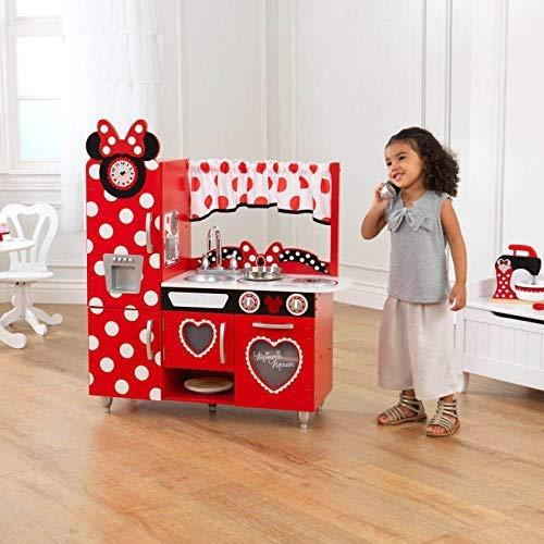 Mädchen spielt mit Minnie Maus Küche