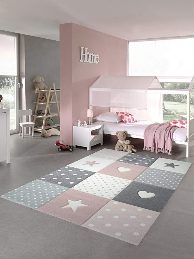 rosaner grauer Teppich mit Quadraten