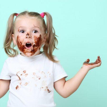Mädchen mit schokoverschmiertem Gesicht