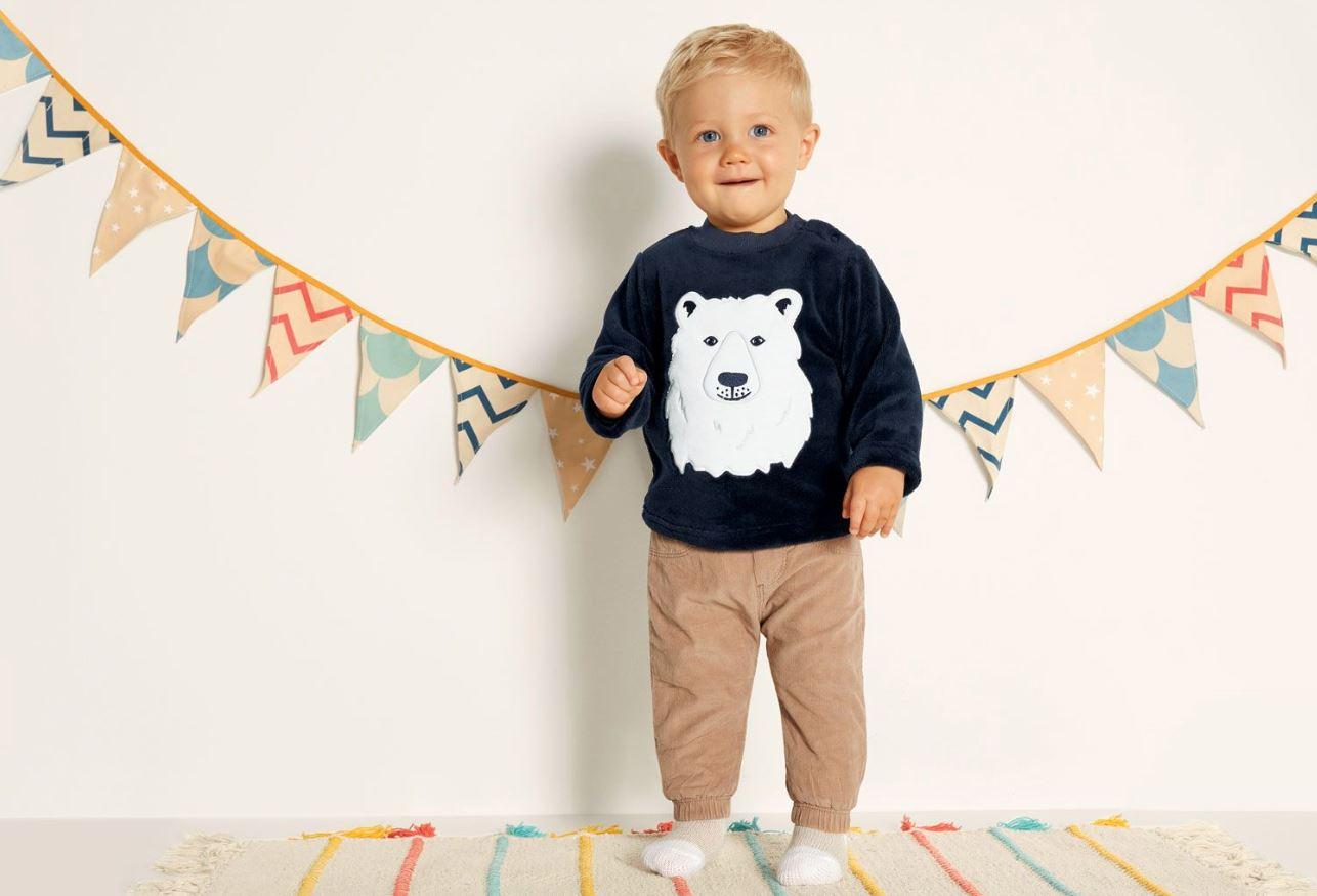 Kleiner Junge mit Eisbär-Pullover