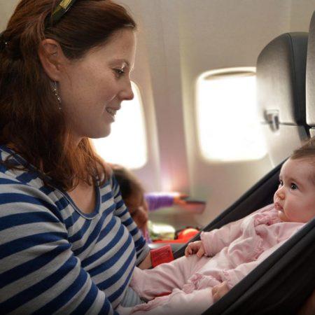 Frau mit Baby in Flugzeug