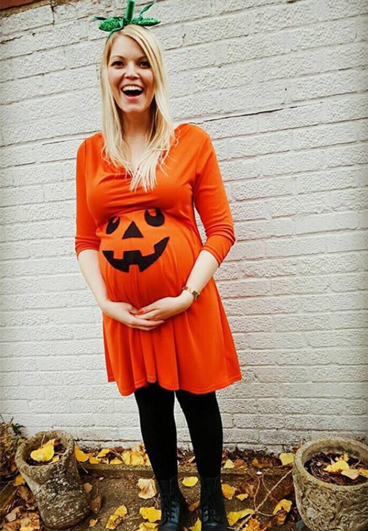 Schwangere Frau in Kürbiskleid