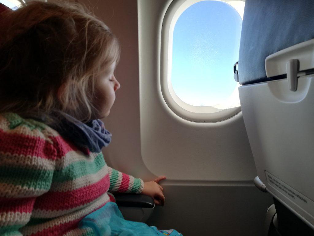 Kind im Flugzeug schläft