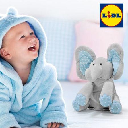 Baby im Bademantel mit Elefanten Plüschtier von LIDL LUPILU