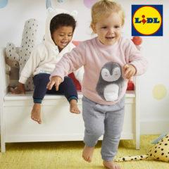 Kinder toben im Kinderzimmer