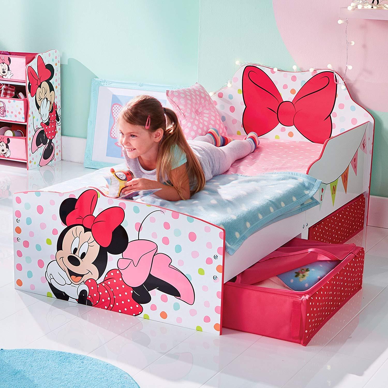 Mädchen liegt auf Minnie Mouse Bett