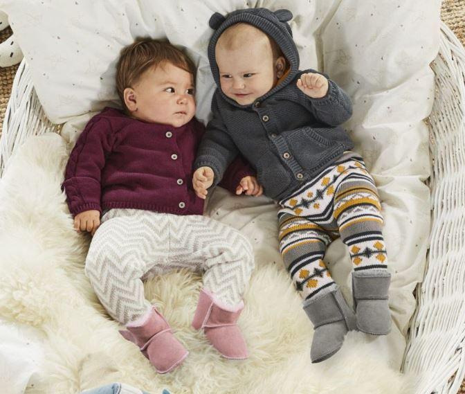 Baby liegen zusammen im Körbchen