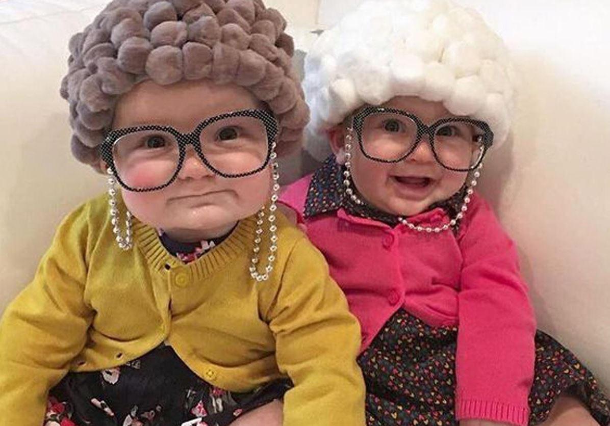 Kinder in Oma Kostüm