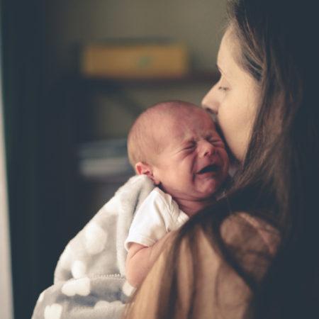 Schütteltrauma bei Babys Mama hat Baby auf dem Arm