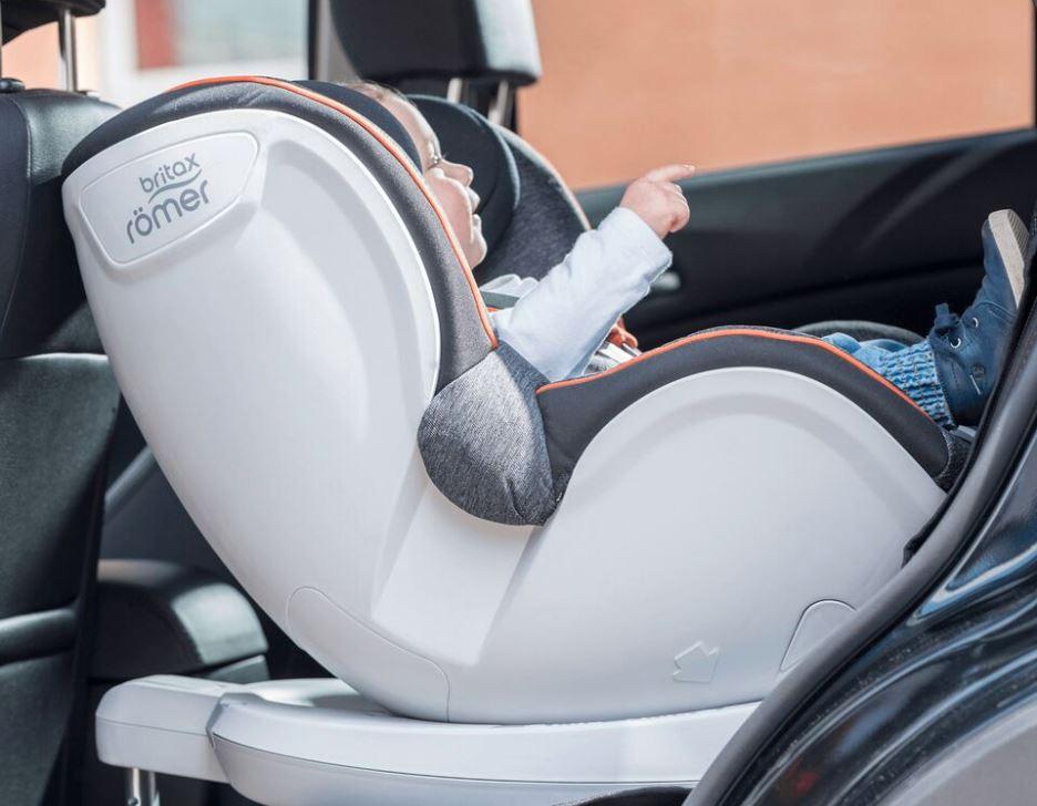 Kind in Babyschale im Auto
