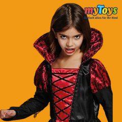 Mädchen im Draculaoutfit