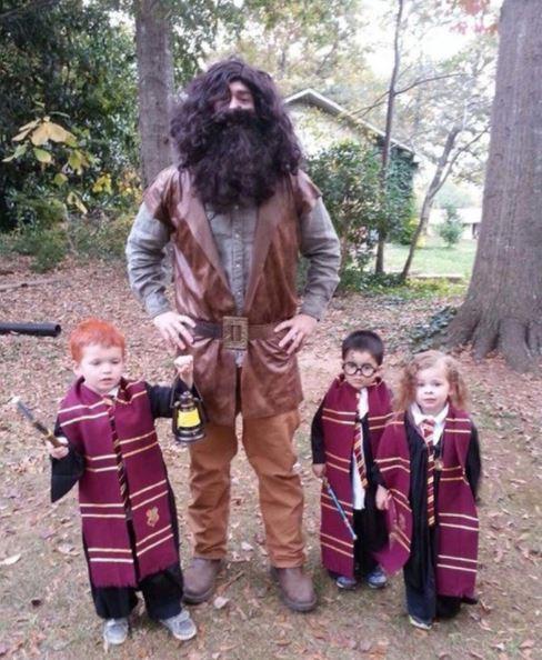 Papa mit Jindern im Harry Potter Kostüm