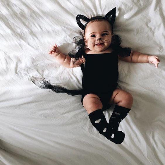 Baby in Fledermauskostüm
