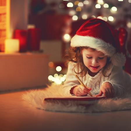 Kind schreibt Brief an den Weihnachtsmann