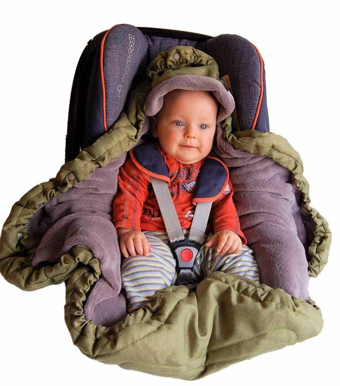 Baby sitzt in Babyschale