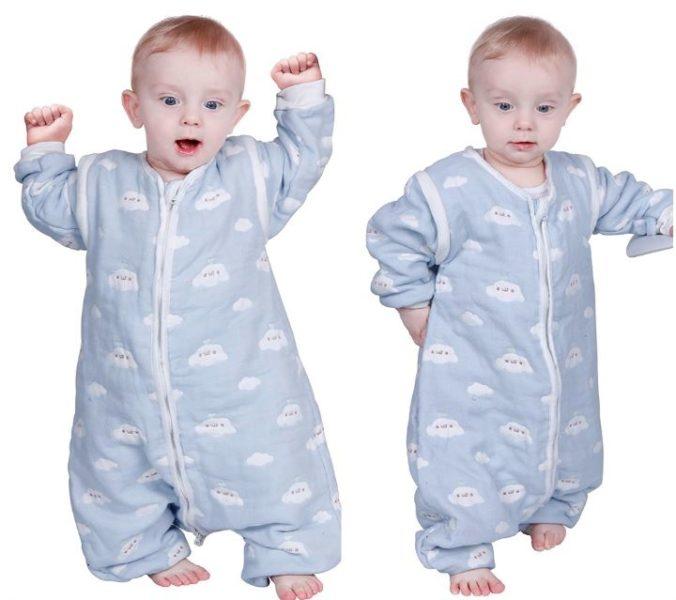 Baby in Schlafsack mit Wolkenprint