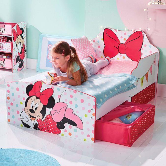 Kind auf Minnie Mouse Bett