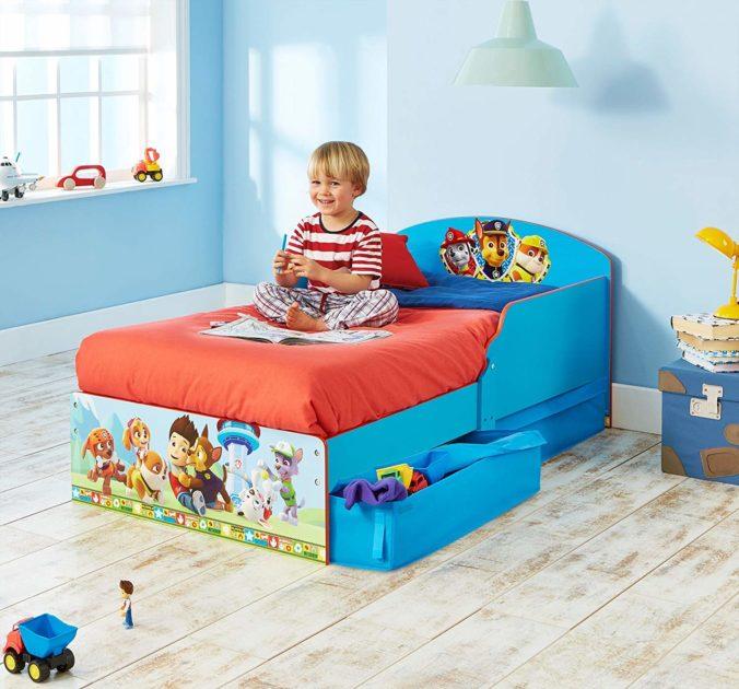 Kind auf Paw Patrol Bett