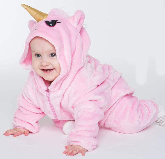 Baby in Einhornstrampler