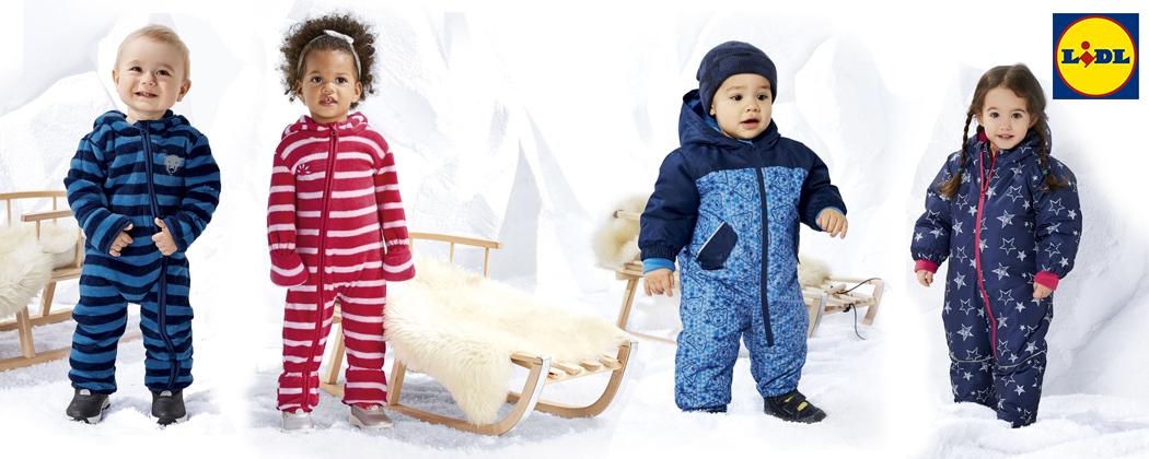 Kinder spielen im Schnee mit Schlitten