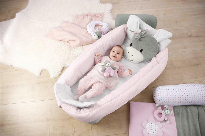 Baby liegt in Sterntaler-Nestchen