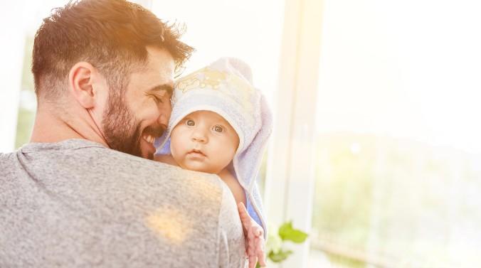 Vater trägt Baby nach dem Baden