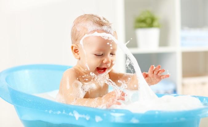 Baby nimmt ein Erkältungsbad