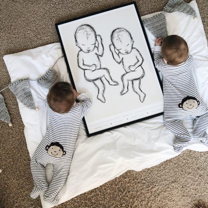 Babys neben Geburtsposter