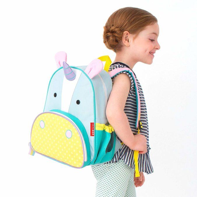 Kind mit Einhornrucksack