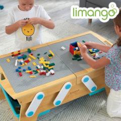 Kinder spielen am Legotisch