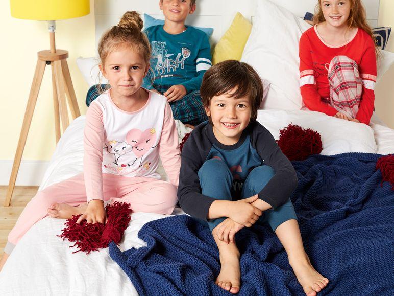 Kinder tragen Kleinkiner Schlafanzüge