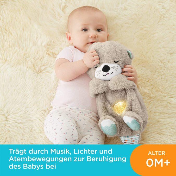 Baby mit Fisher Price Otter Kuscheltier