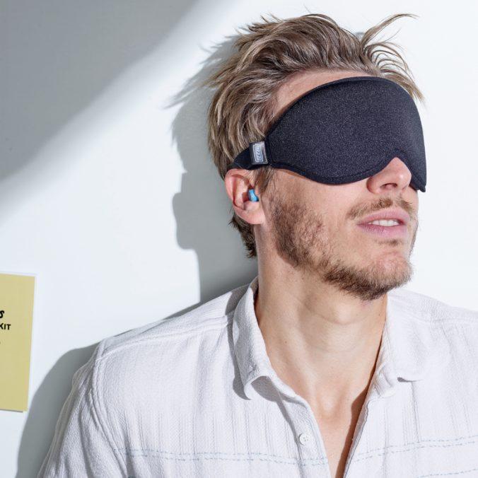 Mann mit Schlafmaske