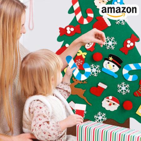 Kind schmückt Filz Weihnachtsbaum