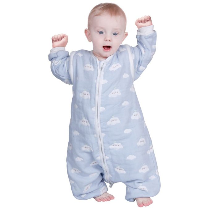 Kind in Schlafsack mit Füßen