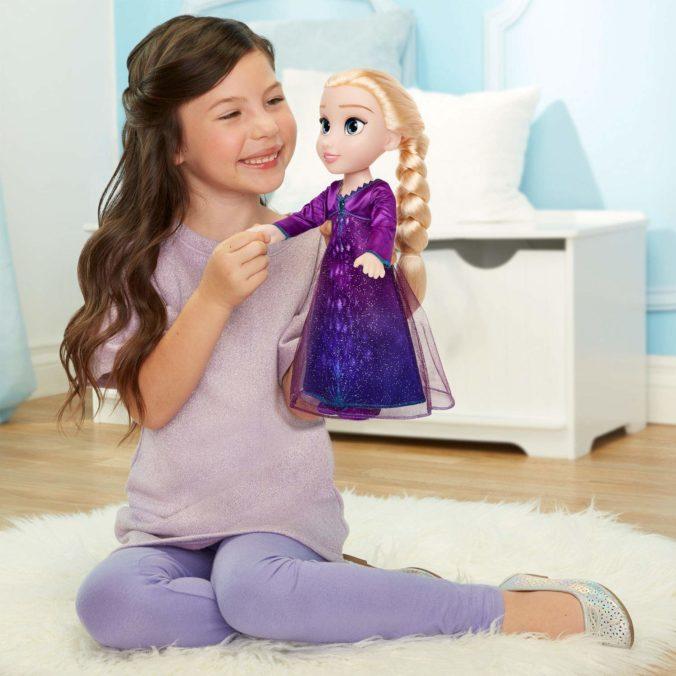 Kind spielt mit Elsa Puppe