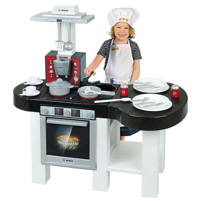 Kind spielt in Spielküche