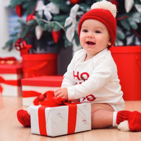 baby packt geschenk aus