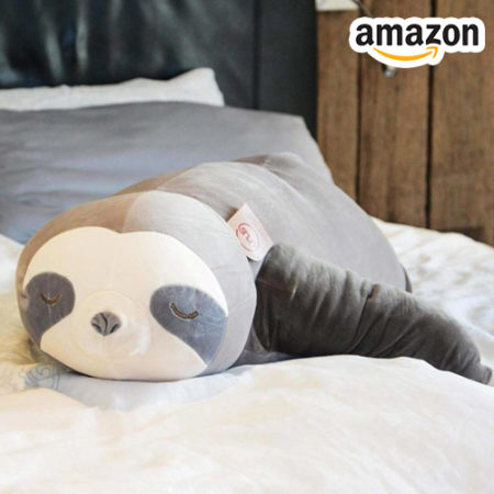 Faultierkissen auf dem Bett