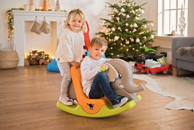 Junge und Mädchen spielen mit Schaukelelefant