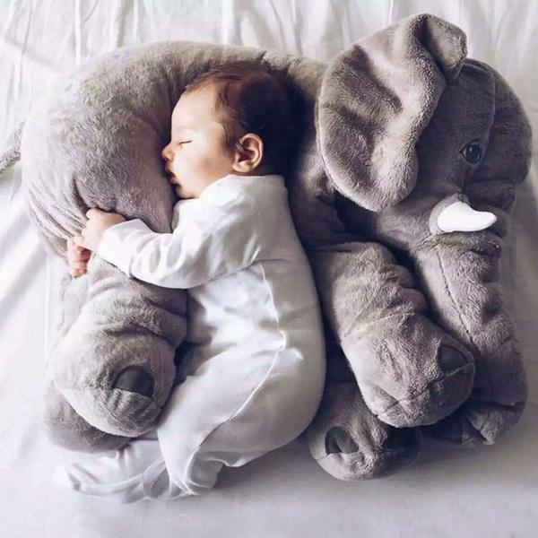 Baby auf Elefanten Kuscheltier