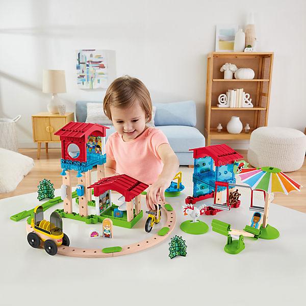 Kind spielt mit Fisher Price Wunder Werker
