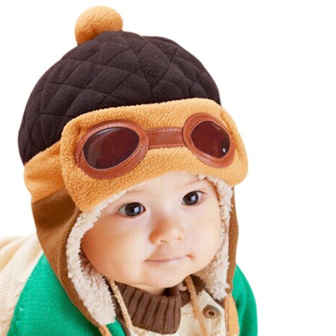 Baby mit Flieger Mütze