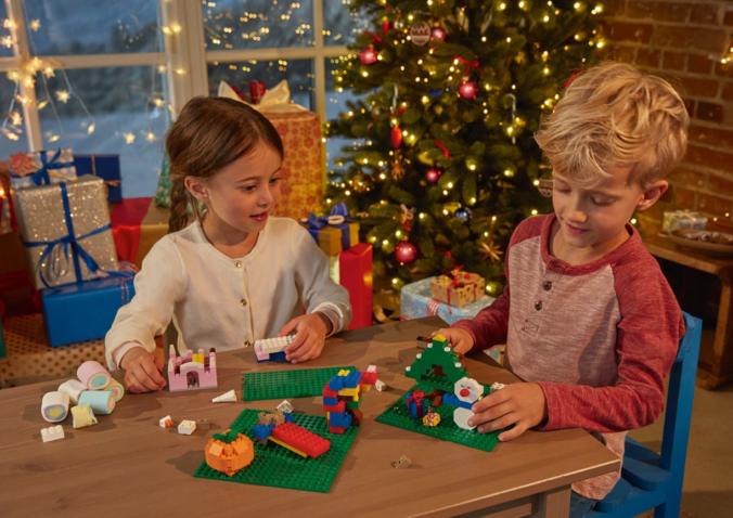 Kinder spielen mit Playtive Bausteinen