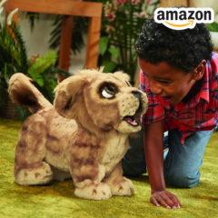 Kind spielt mit Simba