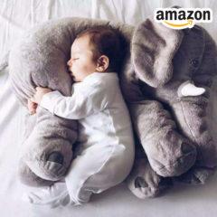 Baby liegt auf Elefanten Kuscheltier