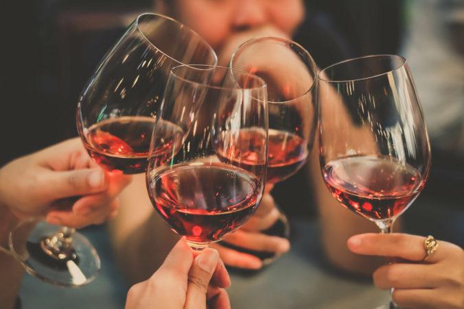Menschen stoßen mit Wein an